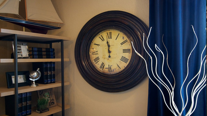 hanging clock in wrong direction will bring negativity to you