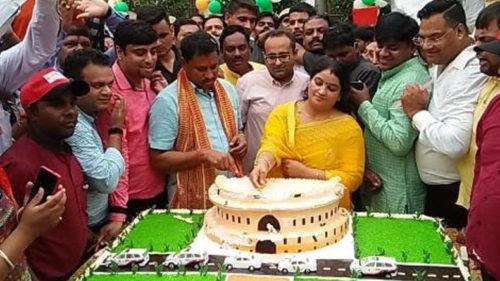 Chairman of SC Commission and BJP MP from Agra Ramshankar Katheria cut parliament shaped cake his birthday Opposition parties uproar